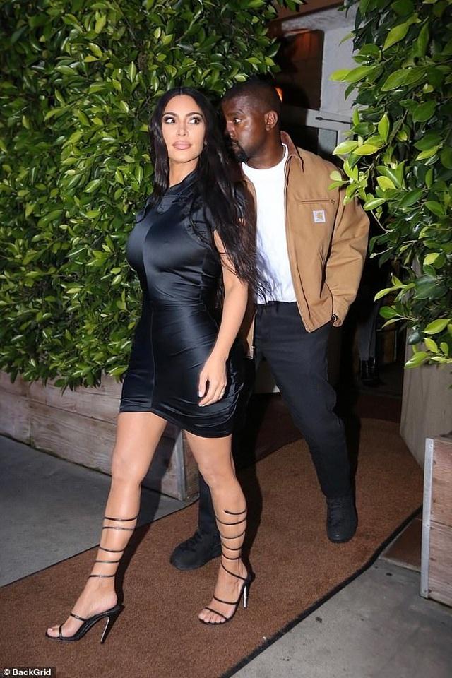Kim Kardashian khoe thân hình đồng hồ cát - 4