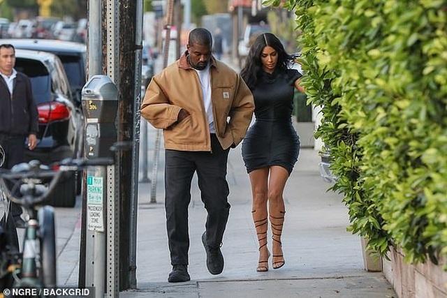 Kim Kardashian khoe thân hình đồng hồ cát - 9