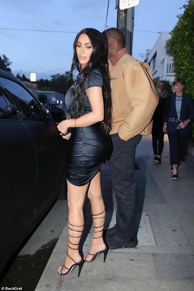 Kim Kardashian khoe thân hình đồng hồ cát - 8