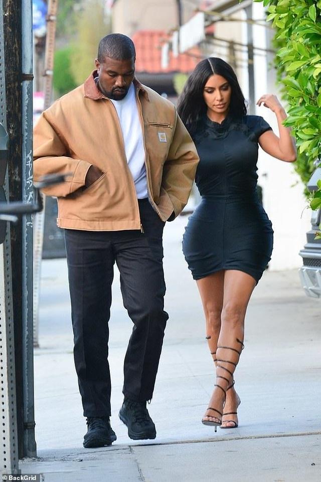 Kim Kardashian khoe thân hình đồng hồ cát - 6