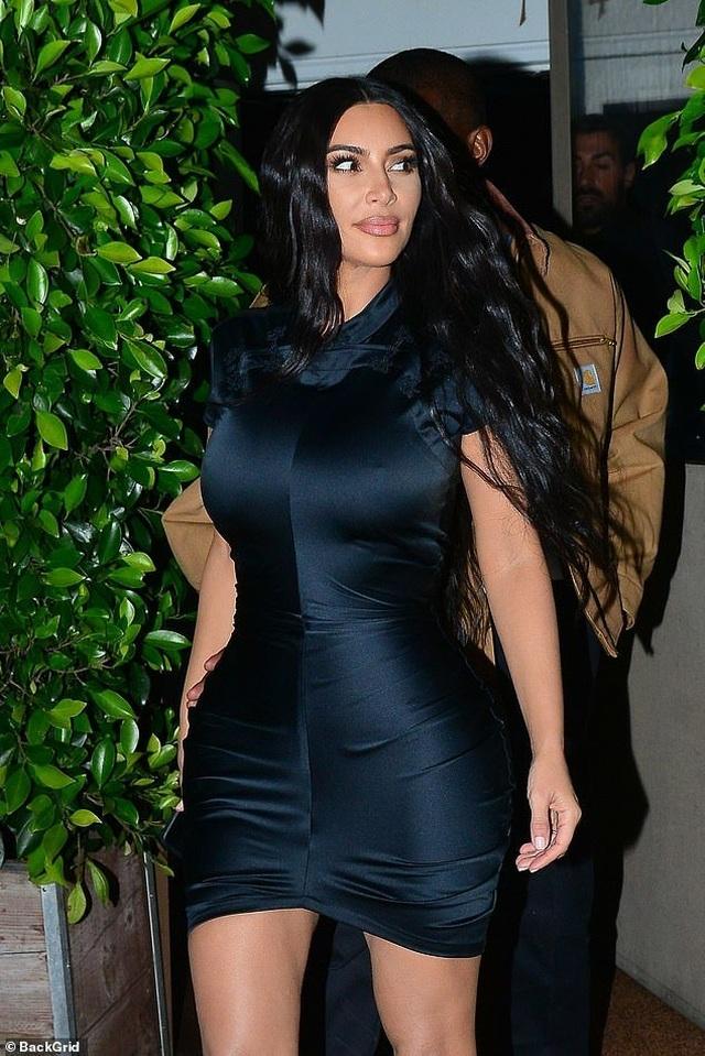 Kim Kardashian khoe thân hình đồng hồ cát - 3