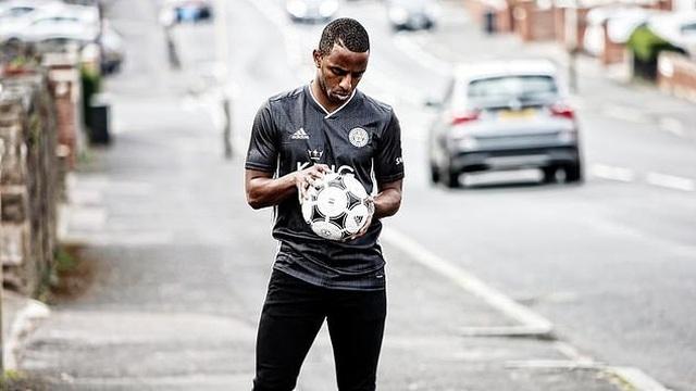 """Leicester City ra mắt mẫu áo đấu """"màu hường"""" gây sốc - 4"""