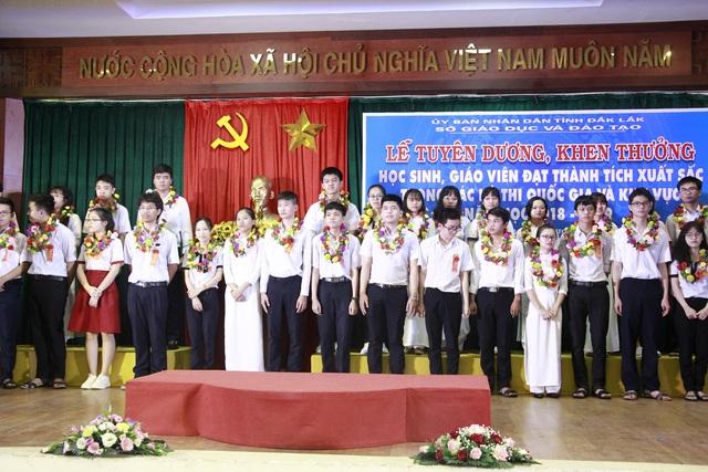 Đắk Lắk: Tổ chức tuyên dương, khen thưởng học sinh giỏi quốc gia và khu vực - 1