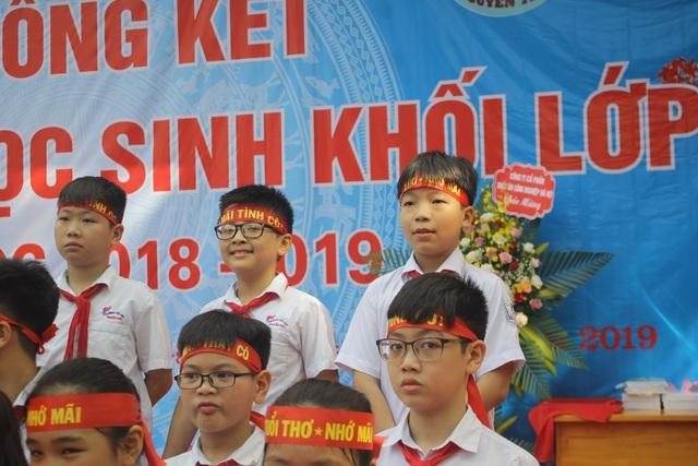 Lưu luyến phút chia tay học sinh lớp 5 trường tiểu học Nguyễn Trãi - 6