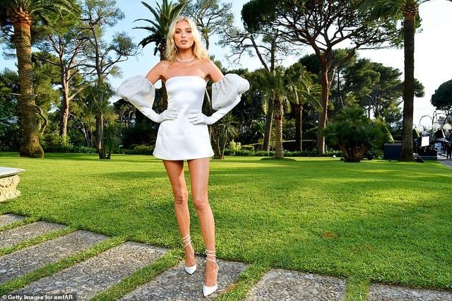 Thiên thần nội y Elsa Hosk diện váy ngắn khoe chân dài - 3