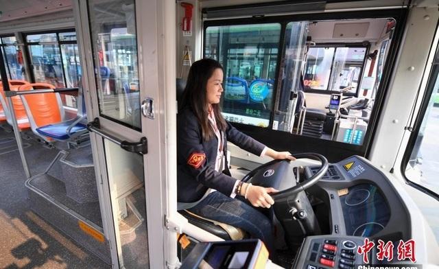 Thót tim những khoảnh khắc hành khách tấn công tài xế, cướp vô lăng xe buýt - 1