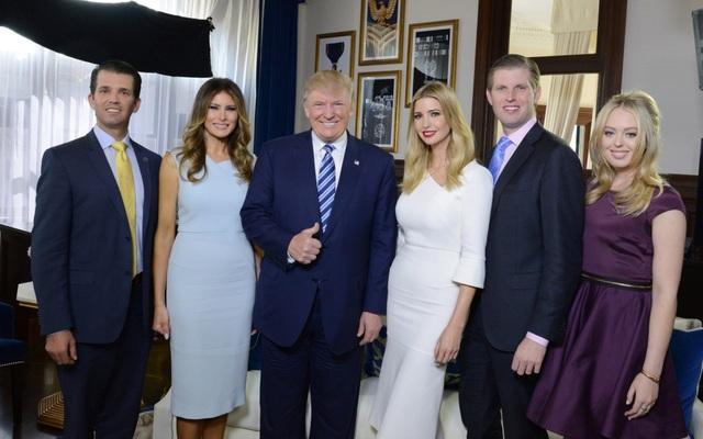 Tổng thống Trump gây bất ngờ với phái đoàn tháp tùng tới Anh - 1