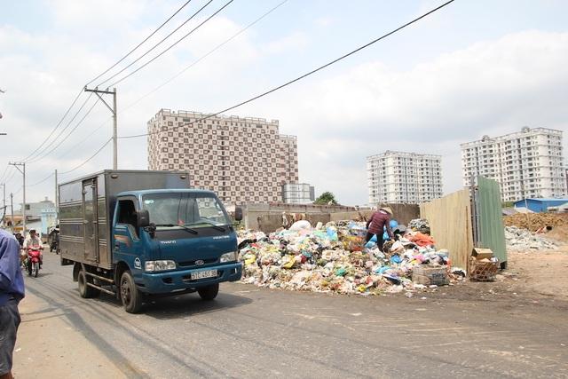 Dân xả rác bịt cống tắc kênh, thành phố bao giờ mới hết ngập? - 3