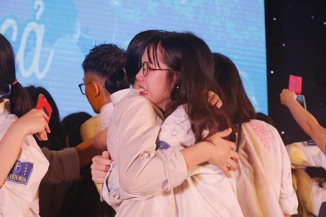 Giọt nước mắt xúc động của học trò lớp 12 trong lễ tri ân và trưởng thành - 3