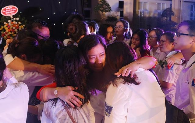Giọt nước mắt xúc động của học trò lớp 12 trong lễ tri ân và trưởng thành - 4