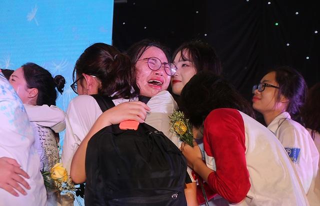 Giọt nước mắt xúc động của học trò lớp 12 trong lễ tri ân và trưởng thành - 2