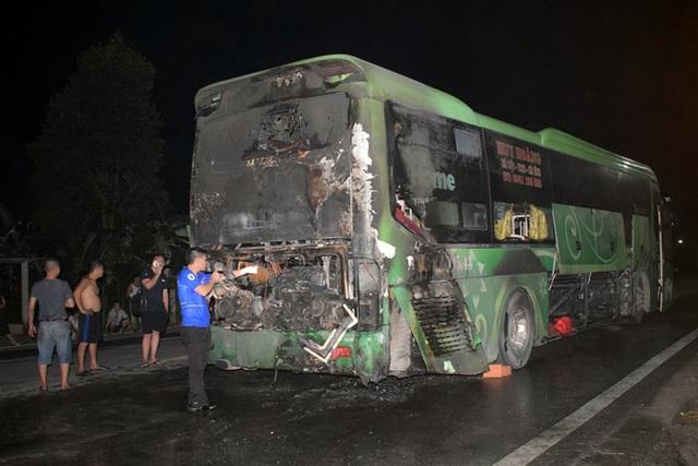 Xe khách bốc cháy dữ dội khi đang chạy trên quốc lộ - 1