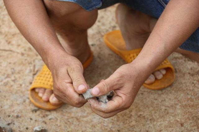Đắk Nông: Đường chưa làm xong đã hỏng, dân nghi xi măng kém chất lượng - 3