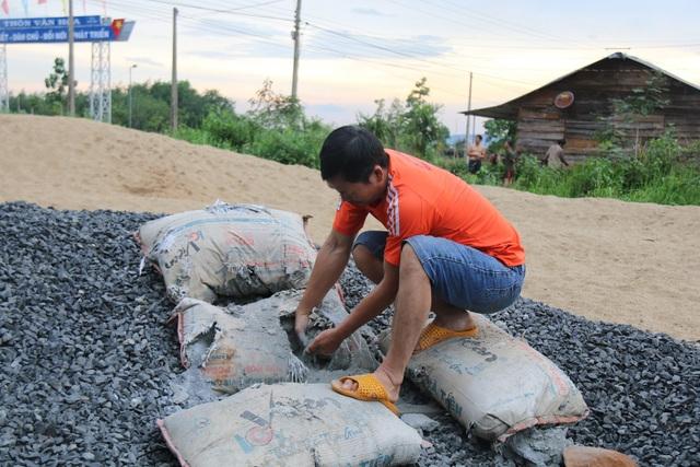 Đắk Nông: Đường chưa làm xong đã hỏng, dân nghi xi măng kém chất lượng - 4