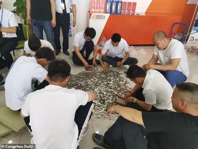 """Nữ """"đại gia"""" mang 66 túi tiền xu đi mua ô tô, 17 nhân viên đếm 3 ngày mới xong - 1"""