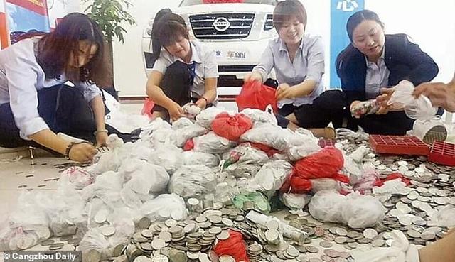 """Nữ """"đại gia"""" mang 66 túi tiền xu đi mua ô tô, 17 nhân viên đếm 3 ngày mới xong - 2"""