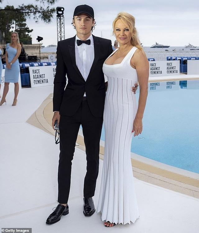 Pamela Anderson khoe ngực khủng bên bạn trai kém 18 tuổi - 1