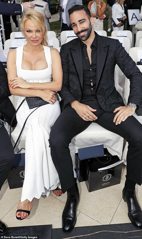 Pamela Anderson khoe ngực khủng bên bạn trai kém 18 tuổi - 3