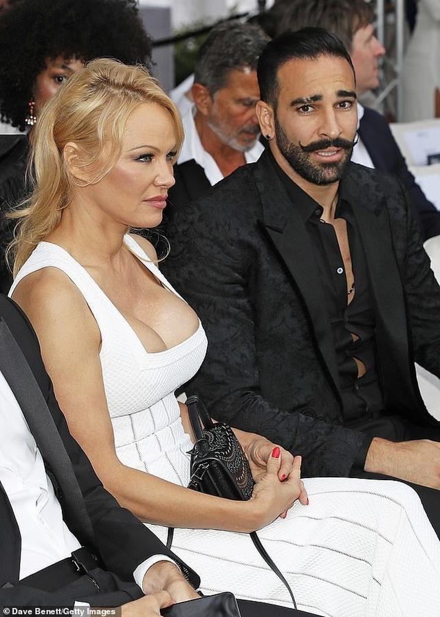 Pamela Anderson khoe ngực khủng bên bạn trai kém 18 tuổi - 2