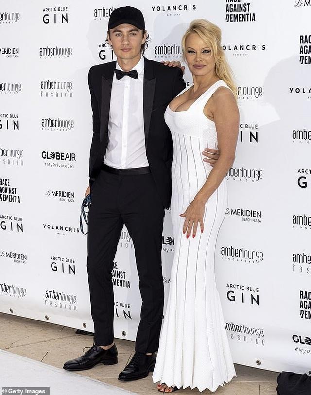 Pamela Anderson khoe ngực khủng bên bạn trai kém 18 tuổi - 6