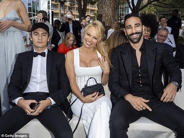 Pamela Anderson khoe ngực khủng bên bạn trai kém 18 tuổi - 4