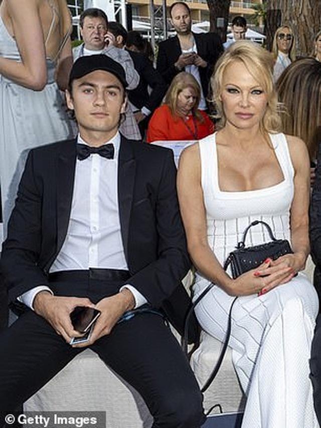 Pamela Anderson khoe ngực khủng bên bạn trai kém 18 tuổi - 8
