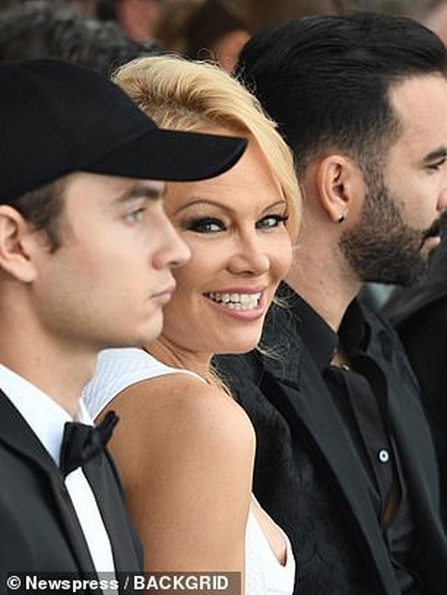 Pamela Anderson khoe ngực khủng bên bạn trai kém 18 tuổi - 7
