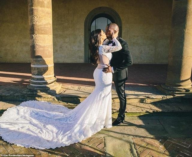 Ảnh cưới chưa từng công bố của Kim Kardashian - 5