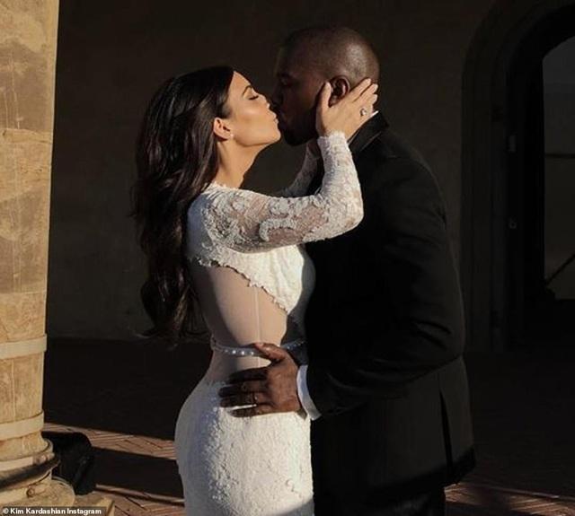 Ảnh cưới chưa từng công bố của Kim Kardashian - 3
