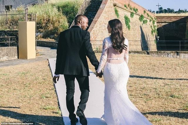 Ảnh cưới chưa từng công bố của Kim Kardashian - 8