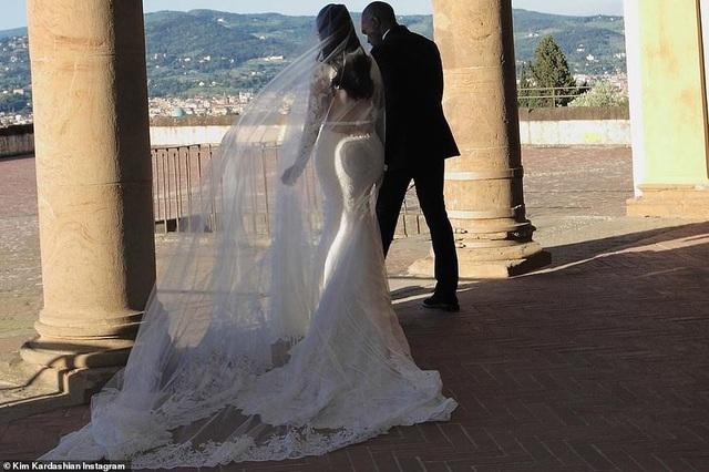 Ảnh cưới chưa từng công bố của Kim Kardashian - 6
