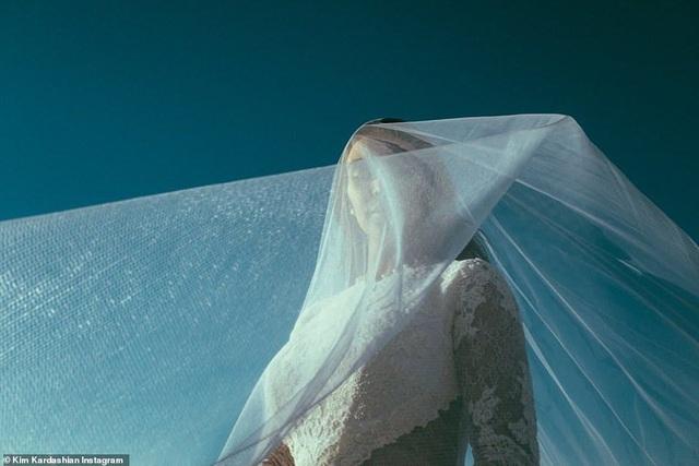 Ảnh cưới chưa từng công bố của Kim Kardashian - 7
