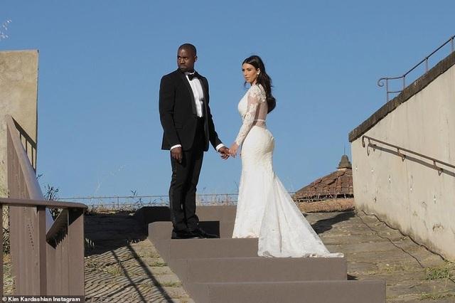 Ảnh cưới chưa từng công bố của Kim Kardashian - 1