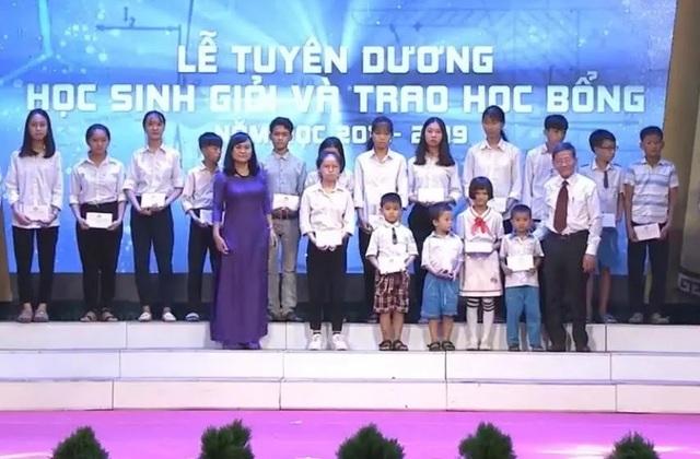 Hà Tĩnh: Tuyên dương, trao học bổng cho học sinh giỏi các cấp - 2