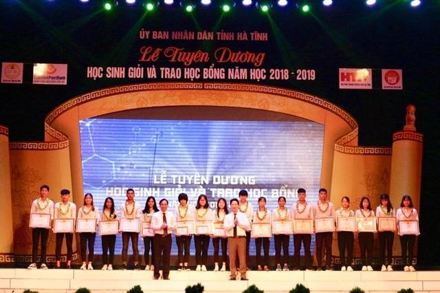 Hà Tĩnh: Tuyên dương, trao học bổng cho học sinh giỏi các cấp - 1