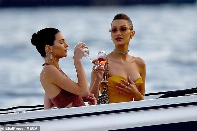 Kendall Jenner vui đùa trên biển cùng Bella Hadid - 1