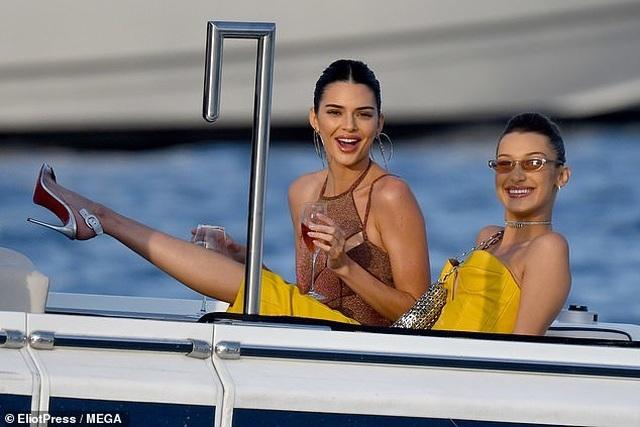 Kendall Jenner vui đùa trên biển cùng Bella Hadid - 2