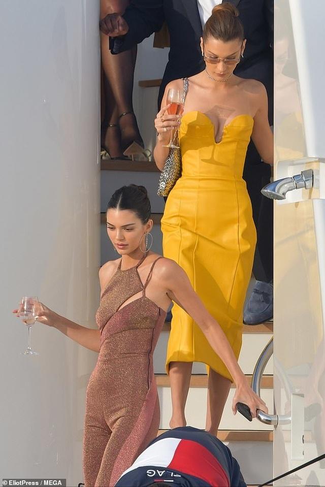 Kendall Jenner vui đùa trên biển cùng Bella Hadid - 7
