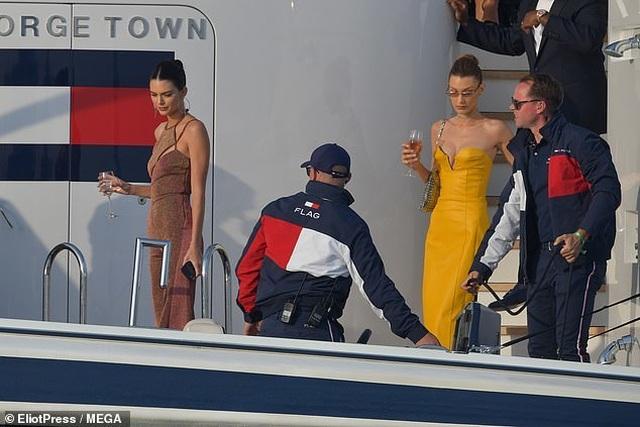 Kendall Jenner vui đùa trên biển cùng Bella Hadid - 3