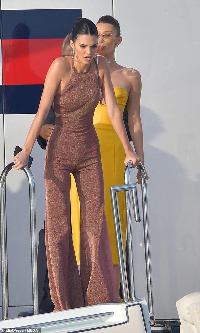 Kendall Jenner vui đùa trên biển cùng Bella Hadid - 6