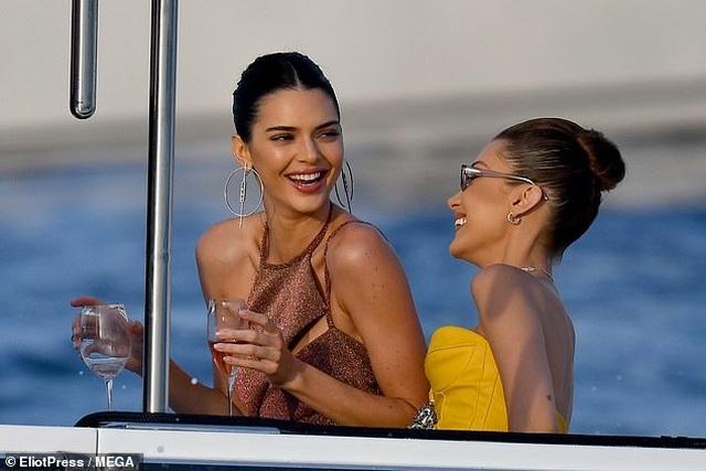 Kendall Jenner vui đùa trên biển cùng Bella Hadid - 5