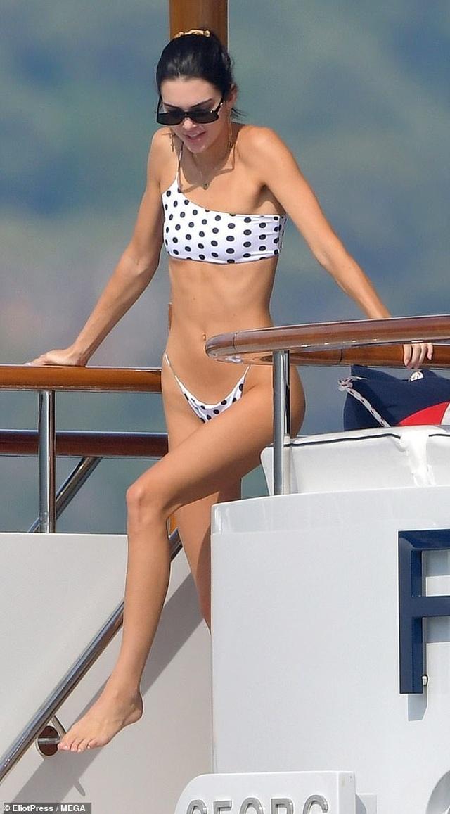 Kendall Jenner vui đùa trên biển cùng Bella Hadid - 8