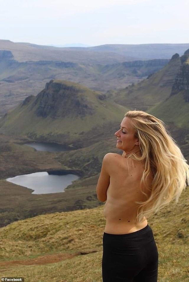 Nữ du khách lo lắng vì mất camera chứa kho ảnh ngực trần - 1