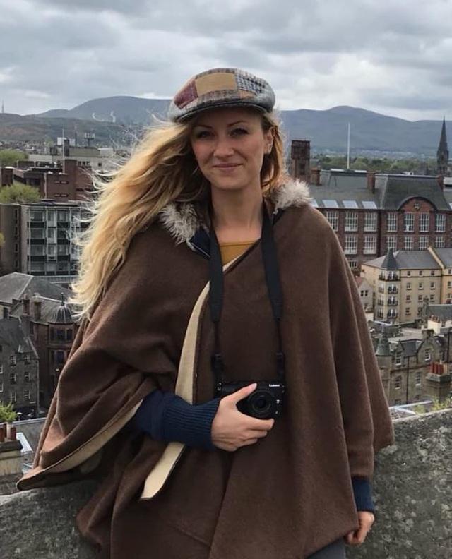 Nữ du khách lo lắng vì mất camera chứa kho ảnh ngực trần - 3