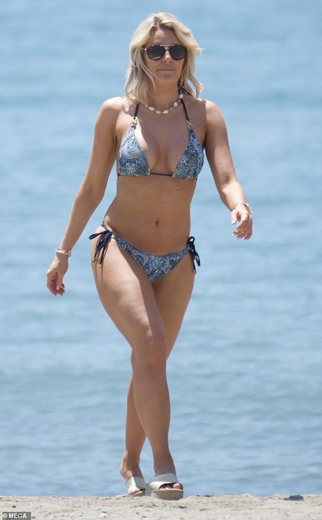 Danielle Armstrong khoe ngực đầy đặn - 6