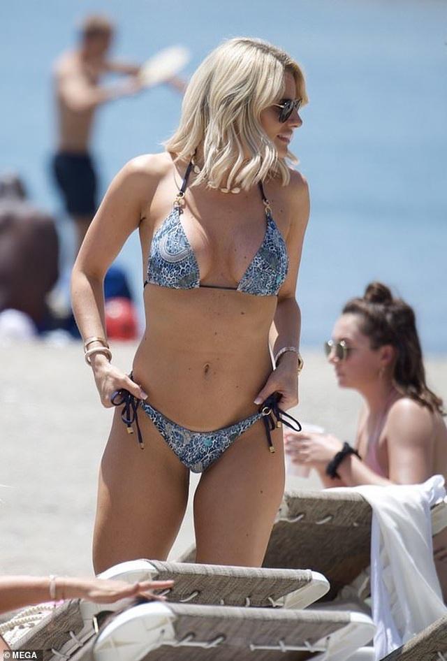 Danielle Armstrong khoe ngực đầy đặn - 5