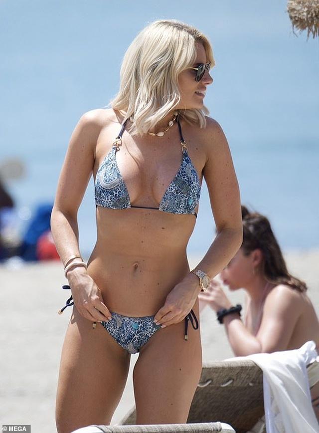 Danielle Armstrong khoe ngực đầy đặn - 2