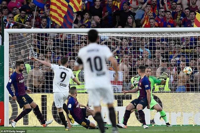 Messi bất lực trong ngày Barcelona gục ngã trước Valencia - 2