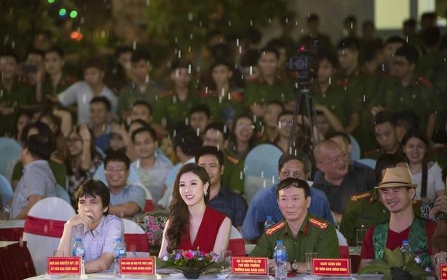 Hoa hậu Phí Thuỳ Linh, Xuân Bắc ướt nhẹp vì làm giám khảo giữa trời mưa - 1