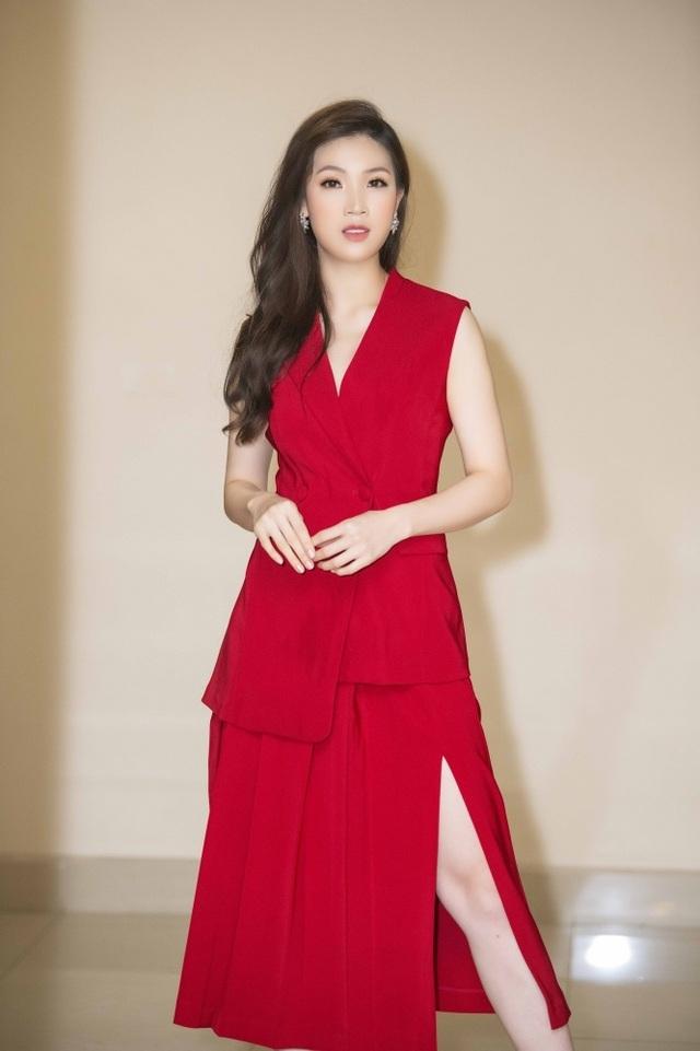 Hoa hậu Phí Thuỳ Linh, Xuân Bắc ướt nhẹp vì làm giám khảo giữa trời mưa - 5